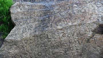 Francja: nagroda za rozszyfrowanie napisu sprzed wieków. Wykuto go w skale