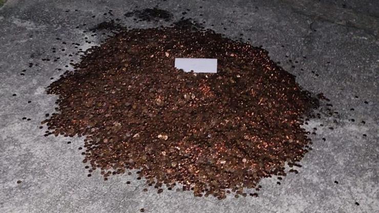 Odszedł z pracy. Ostatnią wypłatę dostał w monetach pokrytych... olejem