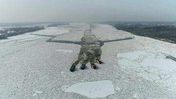Zator lodowy w pobliżu Płocka został rozbity. Lodołamacze na Wiśle [ZDJĘCIA]