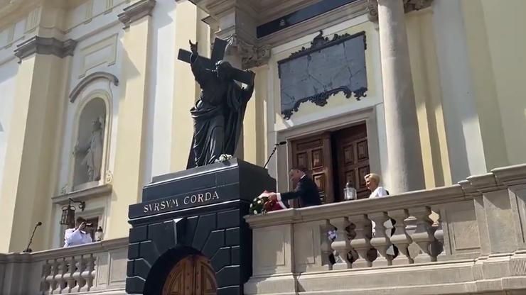 Prezydent złożył kwiaty przy pomniku Chrystusa, na którym zawieszono tęczową flagę