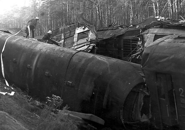 Aby wydobyć rannych i ciała ofiar, strażacy musieli chodzić po przewróconych i zgniecionych wagonach