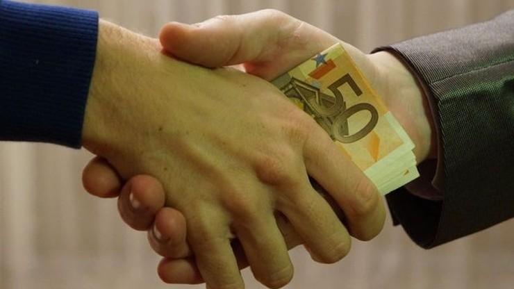Korupcja łamaniem praw człowieka? PE chce, aby była karana sankcjami