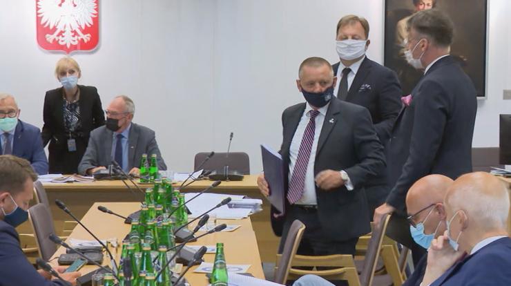 """Wniosek o uchylenie immunitetu prezesa NIK z """"wadami prawnymi"""". Marian Banaś wyszedł z sali"""